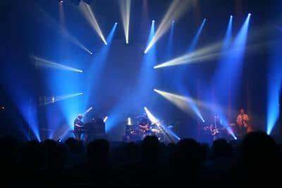 Beim Eurovision Song Contest treten Künstler und Bands aus verschiedenen Ländern gegeneinander an