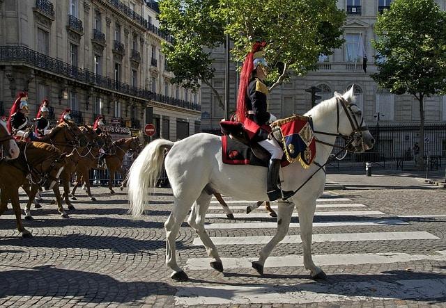 Anlässlich des Nationalfeiertags am 14. Juli finden in ganz Frankreich Militärparaden statt