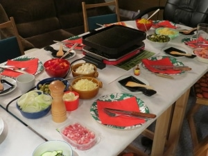 eine raclette party mit freunden party deko. Black Bedroom Furniture Sets. Home Design Ideas
