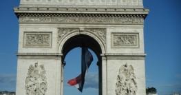 Das Dekorieren mit der Nationalflagge und mit den Nationalfarben gehört anlässlich der Feté Nationale de la France mit dazu